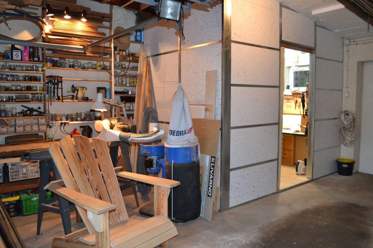 """Rzut oka na część """"garażową"""" i  samoróbkę fotel dla fajczarza ogrodowego."""