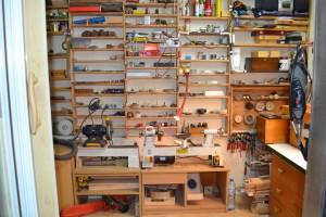 Półki, półki, półki i ulubiona wszechfunkcyjna tokarka do drewna.