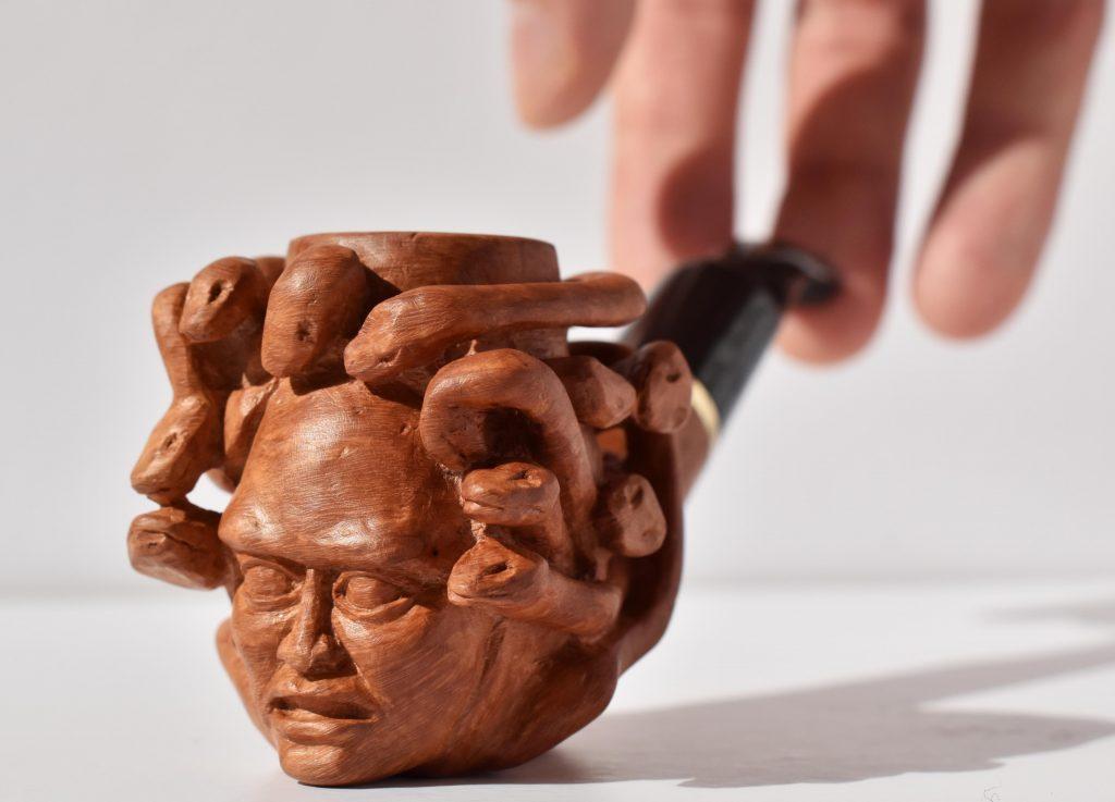 Rzeźbiona fajka wrzoścowa – głowa Meduzy