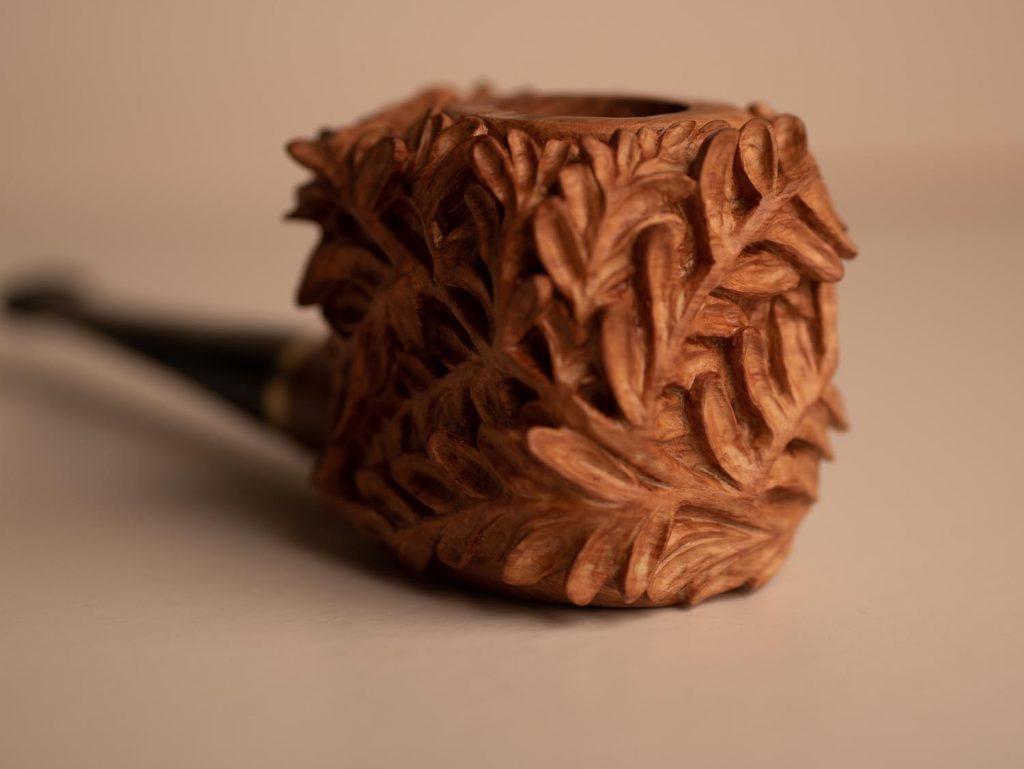 Rzeźbiona fajka z motywem paproci